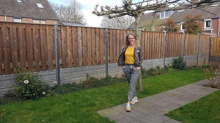 Outfit grijze pantalon Only oker shirt dad sneakers bregblogt.nl