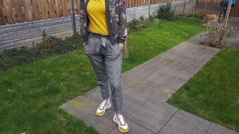 Outfit ruitjes bloemen dad sneakers bregblogt.nl