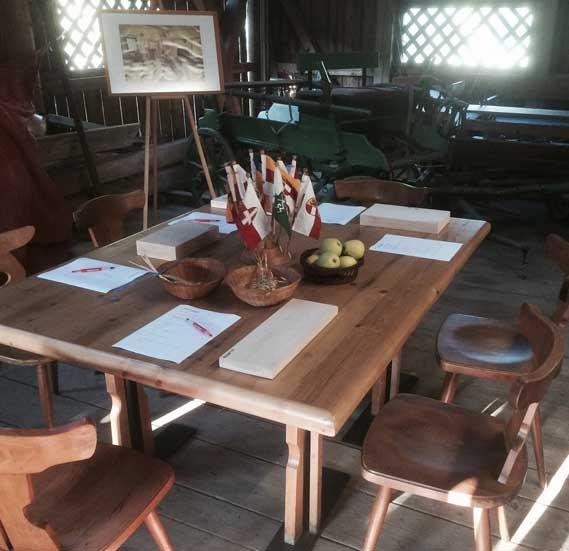 Scheune mit Tisch und Stuehlen
