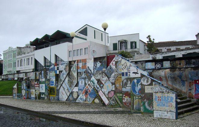 Wo Platz ist, werden die Gemälde auf den Beton gemalt.