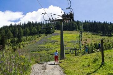 Entdeckungstour hintem Hotel - Familienurlaub Österreich