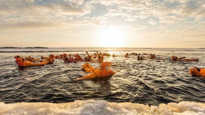 singlereisen.de_Lappland_Arctic_Gruppe im Wasser