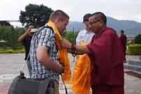 Begrüßung durch einen buddhistischen Mönch in Nepal. Foto: Madlen Vorwerk