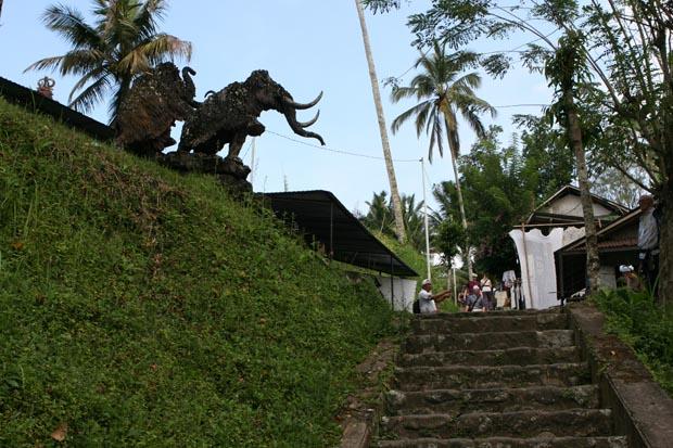 Stufe um Stufe ging es hinab zum Gunung Kawi.