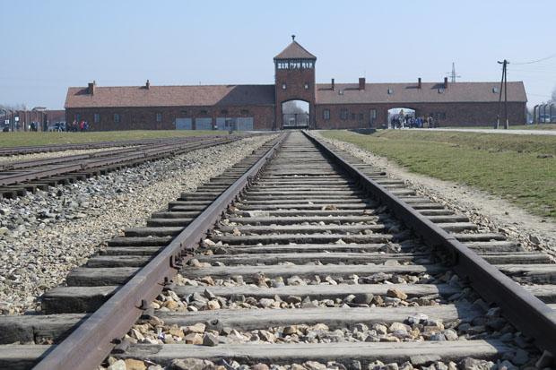 Aus Auschwitz, hier ein Foto der Einfahrt nach Birkenau, werde ich in einem späteren Beitrag mehr Fotos zeigen