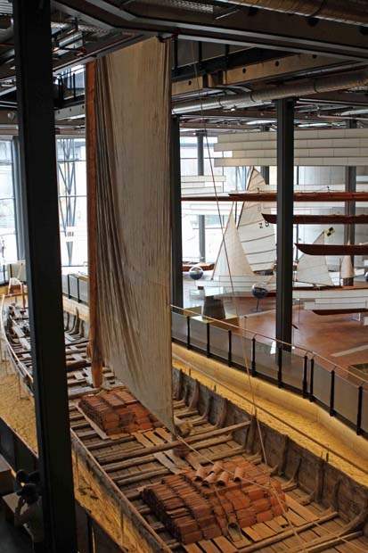 Der Mast des Kaffenkahns erstreckt sich über alle Etagen des Museums