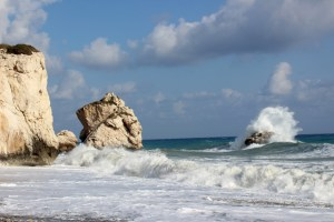 Mit großer Wucht donnern die Wellen gegen die Felsen