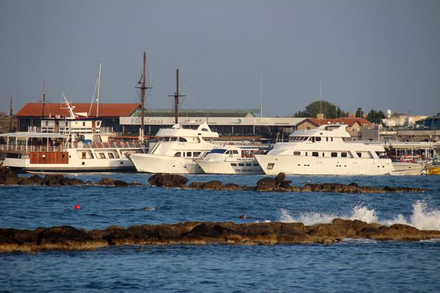 Einst umkämpft - heute völlig friedlich. Hauptsächlich Ausflugsboote liegen im Hafen
