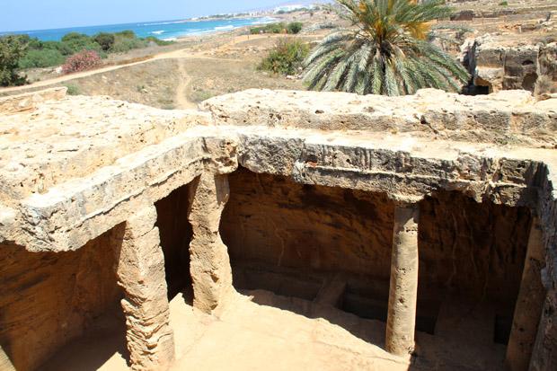 Einige Gräber zweigen von einem mit Säulen eingefassten Innenhof ab