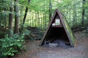 Kleine Schutzhütten findet man überall im Harz