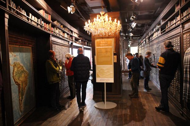 """In der """"Galerie der sieben Millionen"""" im Deutschen Auswandererhaus in Bremerhaven lassen sich zahlreiche Schubladen öffnen"""