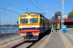 Der Zug von Riga nach Jurmala am Bahnsteig vom Majori