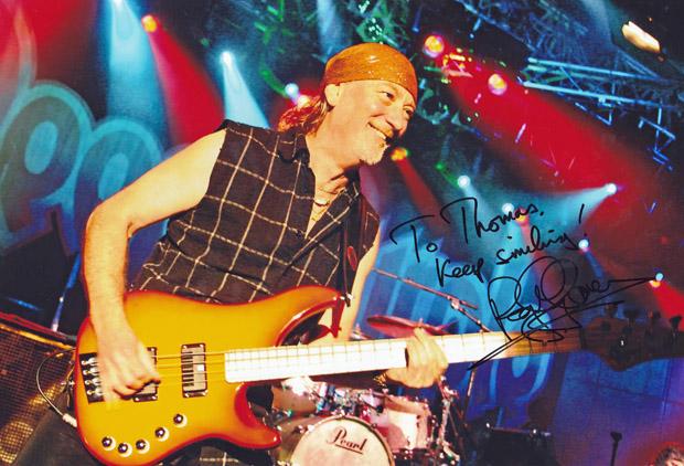 Roger Glover signierte mir zwei meiner Fotos von Deep Purple
