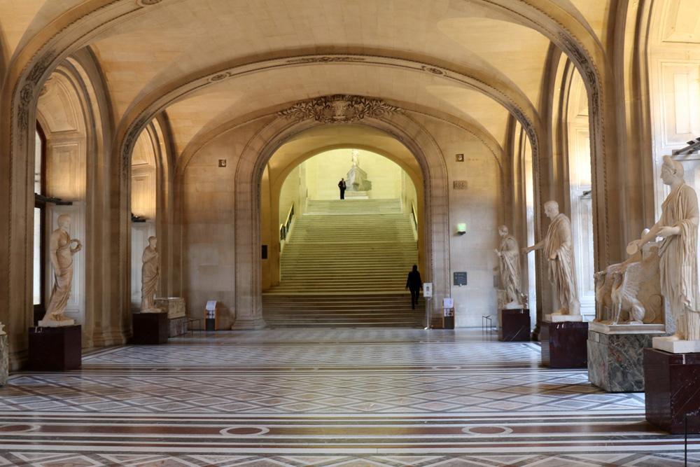 Langer Gang im Louvre Museum in Paris