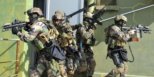 action combinée des deux groupes, de type «investigation-extractiond'otage » sur la tour de contrôle de la base.