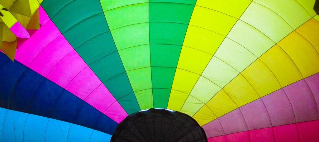 voile de montgolfière en cours de gonflage