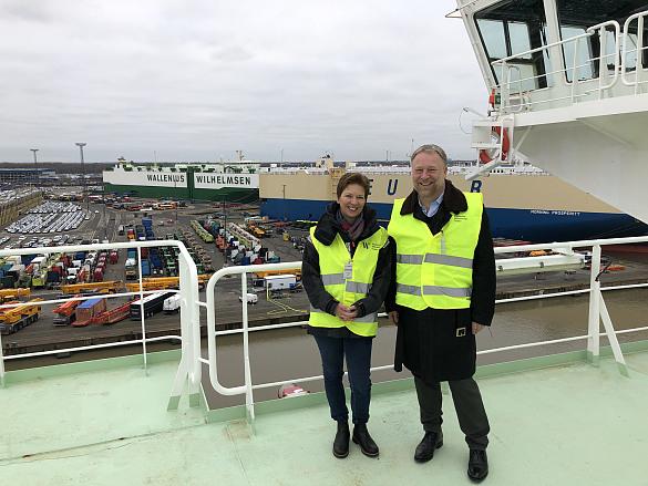 Senatorin Dr. Claudia Schilling mit Axel Bantel, Vize-Präsident bei Wallenius Wilhelmsen Ocean Deutschland, auf dem Deck des Autotransporters, JPG, 122.2KB
