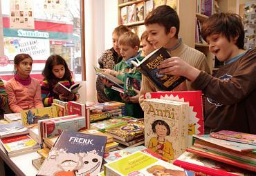 Glückliche Kinder lesen Bücher
