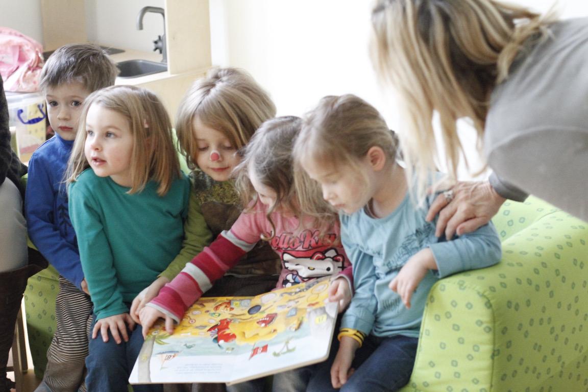 Die Kinder im SOS Kinderdorf Zentrum Huckelriede haben sich über die neue Bücher sehr gefreut