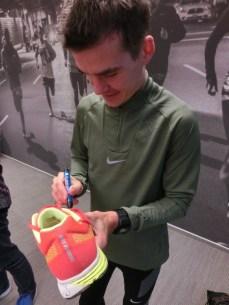 Arne Gabius signiert meinen Schuh