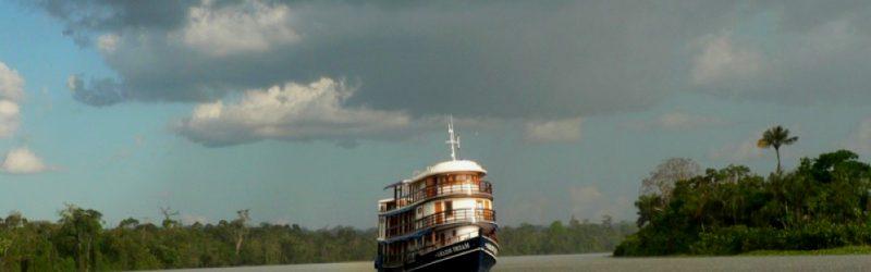 Clair-obscur montrant l'Amazon Dream navigant sur l'Amazone, près de Manaus, lors d'un orage