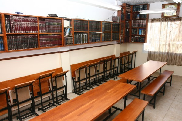 חדר לימוד, ישיבה,שולחנות,סטנדרים,ספריה,ספרי קודש,יהדות,ישיבה,ישיבת ברסלב