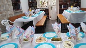 תנור,עוף,סעודות מצווה,סעודה,שולחן ערוך,מפיות,צלחות,סעודת עניים