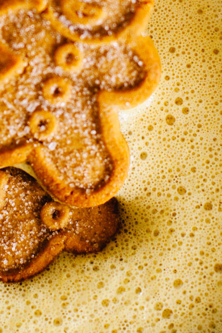 close up of the gingerbread turmeric latte