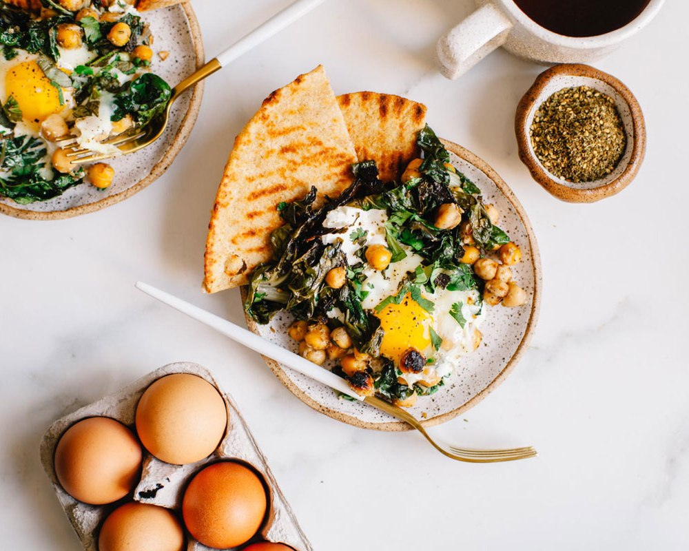 Mediterranean-Spiced Yogurt and Egg Breakfast Skillet #vegetarian #breakfast #healthy | Brewing Happiness