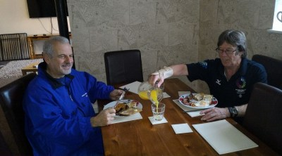 Walter Consonni (a sinistra) con l'amico che ha ispirato il Maggiordomo del Tempo