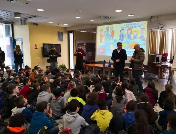 I bambini delle elementari del quartiere San Rocco di Monza con il presidente di BrianzAcque Enrico Boerci e il collega giornalista Giuseppe Pozzi (a destra)