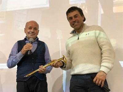 Sergio Longoni consegna la picozza dorata a Kristian Ghedina
