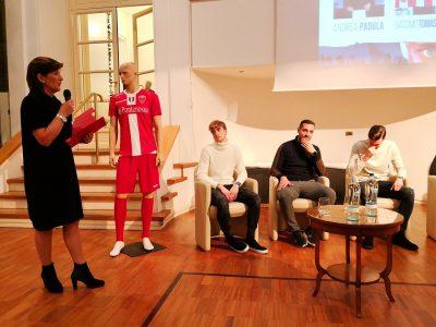 Clelia Volpari al microfono per presentare i nuovi arrivi: da sinistra Tomaselli, Mendicino e Padula