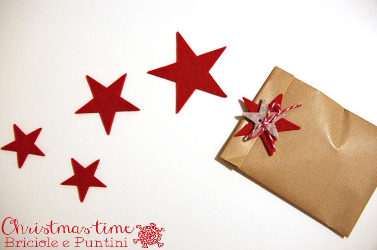 pacchetti di Natale con stelle in feltro