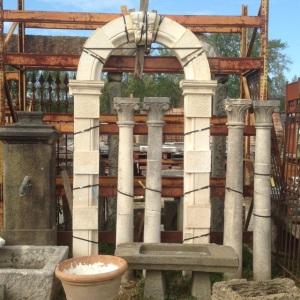portale rotondo in pietra chiara di recupero