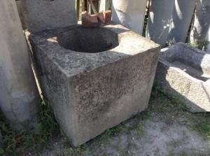 antico pozzo in pietra arenaria quadrato
