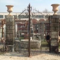Colonne,cancello e vasi di recupero