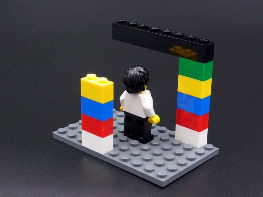 不可能図形のレゴ作品の裏側。実際には低い柱と梁はつながっておらず、さもつながったように撮られた写真でした。