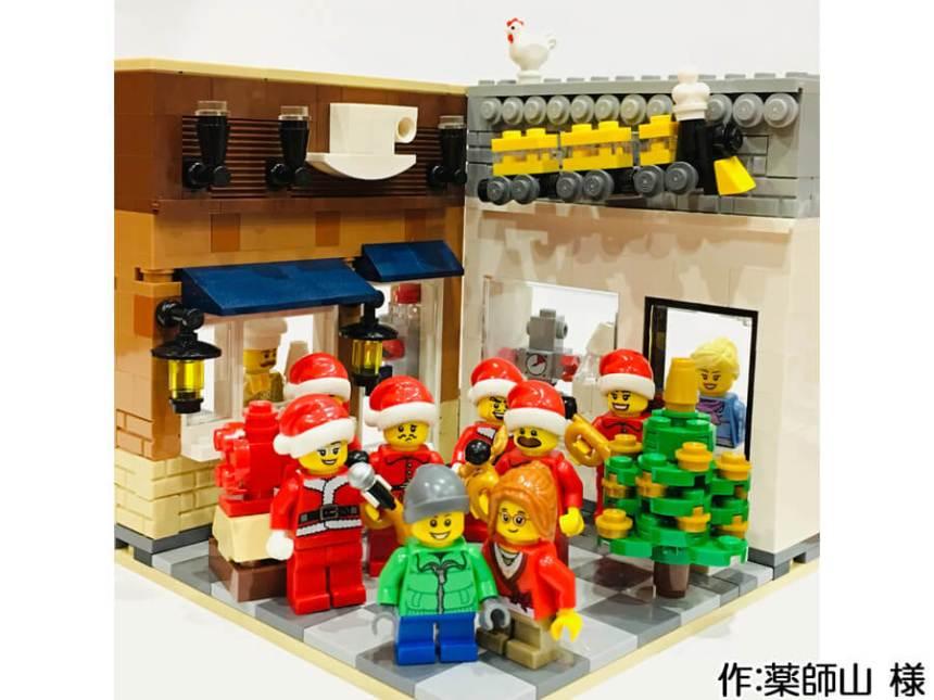サンタに扮した音楽隊が街角の広場に集まるクリスマス作品。後ろにはカフェとおもちゃ屋があります。