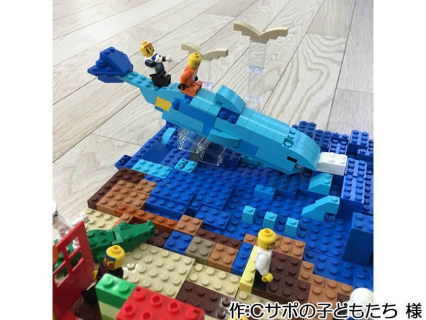 子どもたちによる海水浴の作品。空を飛ぶカモメはスロープカーブ2個と透明のパネルで表現されています。