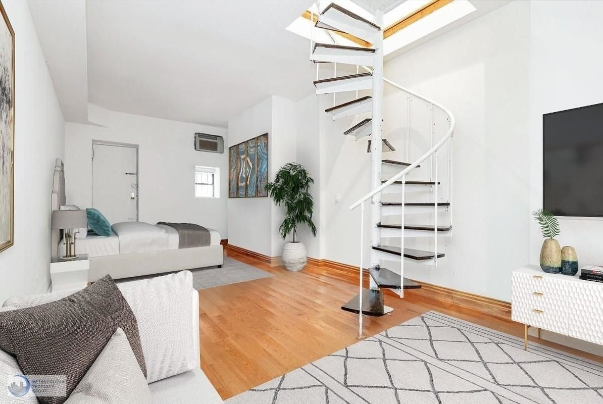 A Carnegie Hill One Bedroom Duplex With Two Baths For 2 945 A Month   Duplex House Living Room Design Stairs   Outside Stair   Railing   Dining   Sala   Duplex Lobby