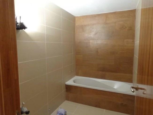 Pared del fondo revestida con azulejo imitación madera