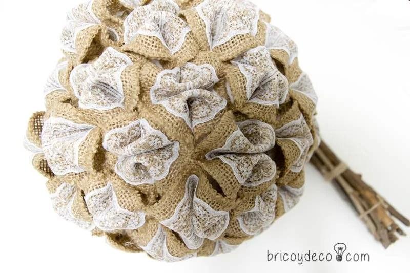 bola de porexpan recubierta de flores de tela y encaje