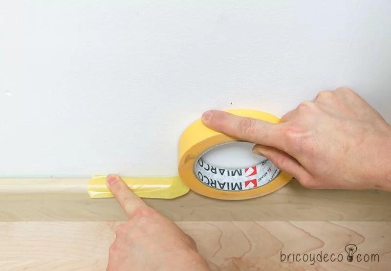 truco para colocar cinta de enmascarar para pintar sobre el rodapie