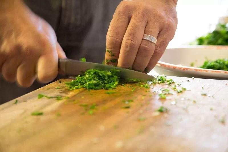 evitar accidentes caseros al cortar alimentos