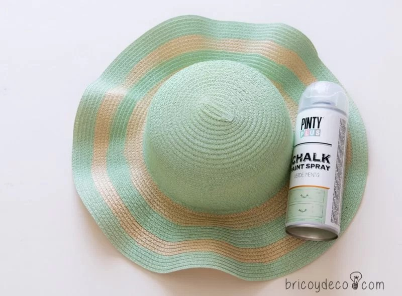 personalizar sombrero de playa con pintura en spray