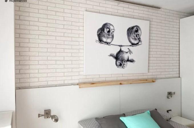 colgar cuadros sobre una pared con papel pintado