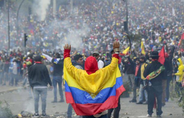 «Ecuador está cerca de la guerra civil. Moreno usa ambulancias para transportar equipo antidisturbios»