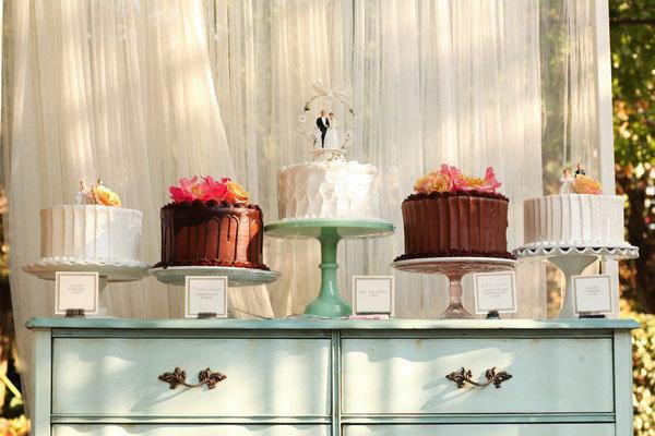 chocolate and vanilla cake stands