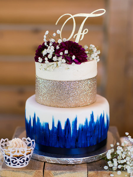 30  Small Wedding Cakes With Big Impact   BridalGuide Metallic Cakes
